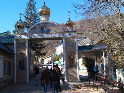 Нажмите на изображение для увеличения Название: Вход в мужской монастырь в Сахарне.jpg Просмотров: 268 Размер:98.6 Кб ID:1126